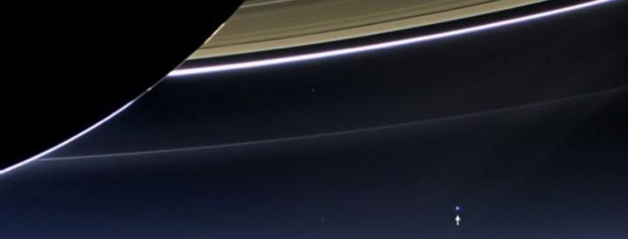 La flecha en la imagen muestra a la Tierra, vista desde Cassini.